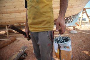 Los carpinteros palestinos están transformando el futuro de los pescadores desempleados [Mohammed Asad/Middle East Monitor].