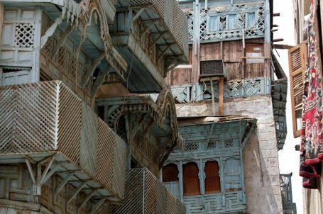 """Una vista muestra los paneles de madera tallada que decoran las fachadas de los edificios tradicionales de la Ciudad Vieja en el centro de la ciudad portuaria saudí de Jeddah, en el Mar Rojo, el 2 de agosto de 2007. La arquitectura tradicional de la Ciudad Vieja de Yeddah se construía típicamente con una piedra llamada """"Manqabi"""", obtenida de varios lugares como el lago AL-Arbain. AFP PHOTO/HASSAN AMMAR (Photo credit should read HASSAN AMMAR/AFP via Getty Images)"""
