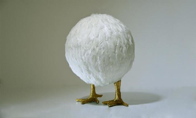 Nafie Ben Krich. 'Chicken Ball II' ('Bola de Frango II', 2015). Penas de galinha, folha de ouro sobre molde de poliéster