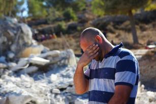 O palestino Ali Mohammad al-Allami chora sobre os escombros de sua casa, após forças israelenses a demolirem, embora ainda estivesse em fase de construção, sob alegação de falta de alvará do estado ocupante, no distrito de Beit Ummer, em Hebron (Al-Khalil), Cisjordânia, 3 de outubro de 2019 [Mamoun Wazwaz/Agência Anadolu]
