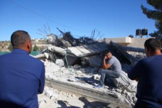 Escombros deixados pela demolição de uma casa palestina em obras por forças israelenses. A residência pertencia ao palestino Ali Mohammad al-Allami e foi destruída sob alegação de falta de alvará, no distrito de Beit Ummer, em Hebron (Al-Khalil), Cisjordânia, 3 de outubro de 2019 [Mamoun Wazwaz/Agência Anadolu]