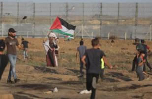 Centenas de palestinos na Faixa de Gaza se concentraram na cerca de segurança israelense para participar da 79ª sexta-feira consecutiva dos protestos semanais contra a ocupação conhecidos como Grande Marcha do Retorno. Em 18 de outubro de 2019 [Mohammed Asad/Monitor do Oriente Médio]