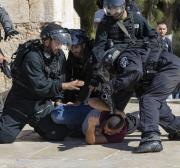Forças israelenses prendem quatro fiéis palestinos no complexo de Al-Aqsa