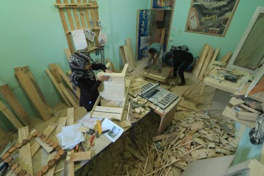Com pedaços de madeira que encontra, Aya Kishko produz mesas, porta-celulares, cabideiros, molduras e outras peças de mobília ou decoração.