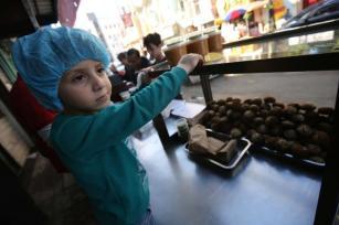 Cafés em Gaza incrementam receitas de falafel, prato tradicional da região, para atrair e manter consumidores, em 20 de maio de 2020 [Mohammed Asad/Monitor do Oriente Médio]