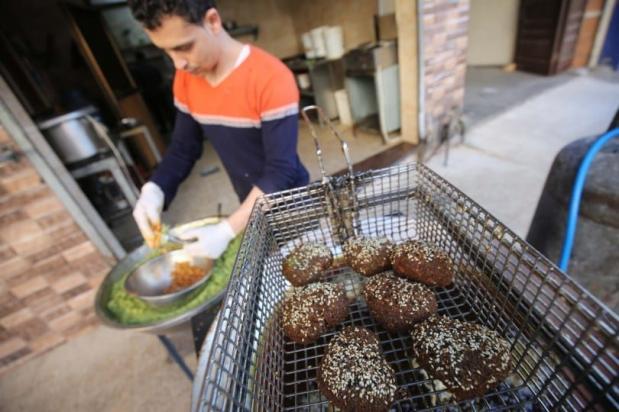 Cafés em Gaza demonstram criatividade em suas receitas e formas de servir falafel, em 20 de maio de 2020 [Mohammed Asad/Monitor do Oriente Médio]