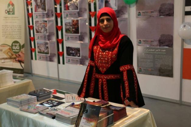 Asma está em uma das exposições sobre a causa palestina, usando o vestido palestino bordado. A outra foto é do avô Fayez al-saadi [Fotos de família/Arquivo/ Monitor do Oriente Médio]