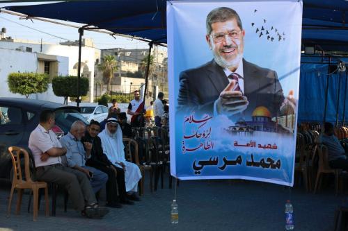 Palestinos homenageiam o ex-Presidente do Egito Mohamed Morsi, na ocasião de sua morte, em Khan Younis, sul da Faixa de Gaza, 19 de junho de 2019 [Ashraf Amra/Apaiages]