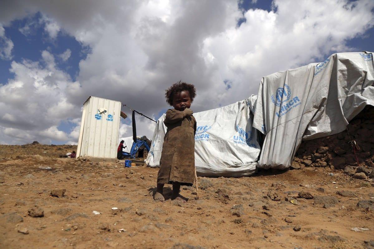Menino em campo de refugiados de Sanaa, Iêmen, 24 de novembro de 2019 [Mohammed Hamoud/Agência Anadolu]