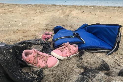 Um par de sapatos infantis na costa de Cesme, após um barco de refugiados virar no Mar Egeu, no litoral da província de Izmir, Turquia, 12 de janeiro de 2020 [Mahmut Serdar Alakus/Agência Anadolu]