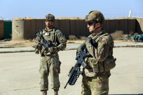 Soldados das forças de coalizão lideradas pelos EUA são vistos em a Base Militar Al-Qaim, na província iraquiana de Anbar, a oeste de Bagdá, em 19 de março de 2020 [Murtadha Al-Sudani / Agência Anadolu]