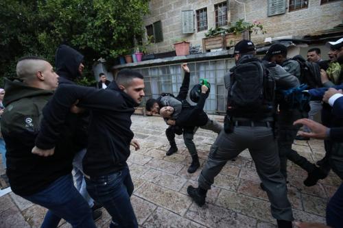 Polícia israelense prende palestinos em Jerusalém em 24 de maio de 2020 [Mostafa Alkharouf / Agência Anadolu]