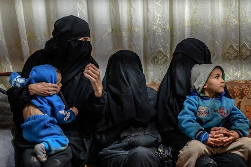 Mulheres que se casaram com membros do Daesh e seus filhos [Twitter]