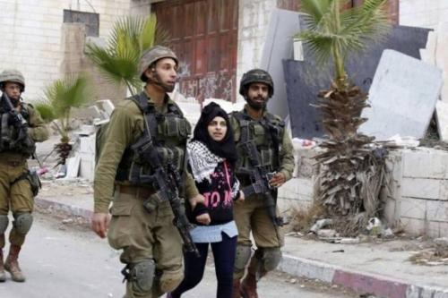 Violência cotidiana: Forças israelenses prendem uma mulher palestina em um posto de controle na cidade de Hebron, por ter postado comentários no facebook. [Shehab News]