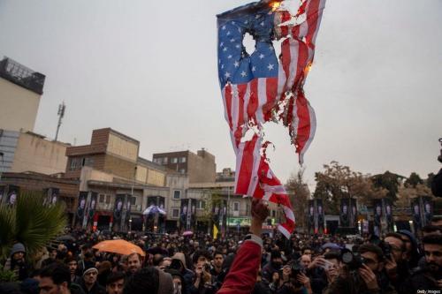 Iranianos queimam bandeiras dos Estados Unidos e Israel durante protesto contra as mortes do comandante iraniano Qasem Soleimani e o chefe paramilitar iraquiano Abu Mahdi al-Muhandis, em Teerã, Irã, 4 de janeiro de 2020 [Majid Saeedi/Getty Images]
