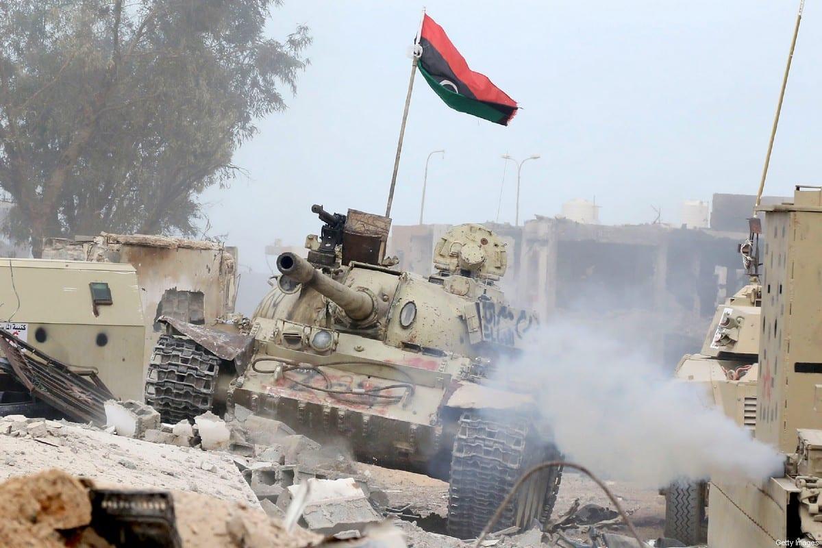 Tanque pertencente a forças leais ao Governo de União Nacional da Líbia, reconhecido internacionalmente, em 21 de novembro de 2016 [Mahmud Turkia/AFP/Getty Images]