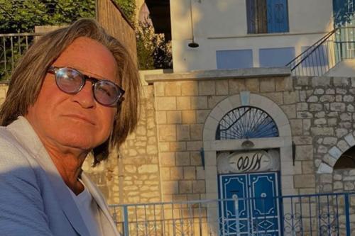 Mohammed Hadid, nascido na Palestina, posta uma fotografia no Instagram de si mesmo do lado de fora da casa de sua família na cidade de Safad, na Palestina, da qual a família foi despejada em 1948 por imigrantes judeus [Mohamed Hadid / Instagram]