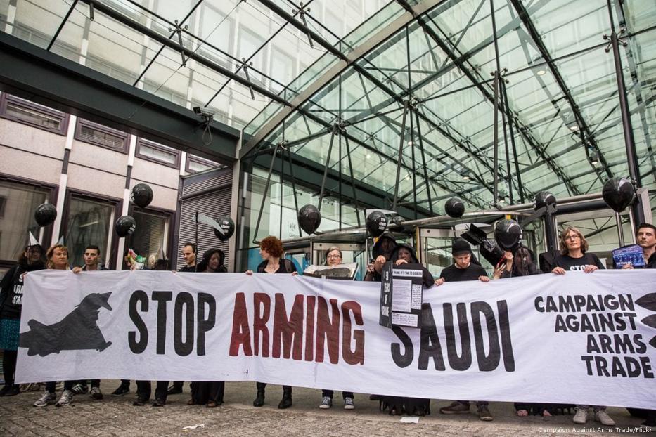 Ativistas de direitos humanos protestam contra a venda de armas do Reino Unido à Arábia Saudita, em Londres, 11 de julho de 2016 [Campanha contra o Comércio de Armas/Flickr]