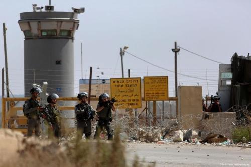 Forças de segurança israelenses assumem posição em frente à prisão de Ofer, gerida pela ocupação de Israel, na Cisjordânia, 5 de dezembro de 2017 [Shadi Hatem/Apaimages]