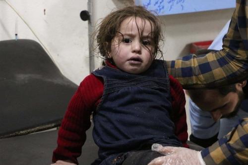 Uma criança afetada e um homem recebem tratamento médico depois de um ataque de gás supostamente venenoso do regime de Assad nos distritos de Sakba e Hammuriye, no leste de Ghouta, em Damasco, Síria, em 7 de março de 2018 [Dia Al Din Samout / Agência Anadolu]