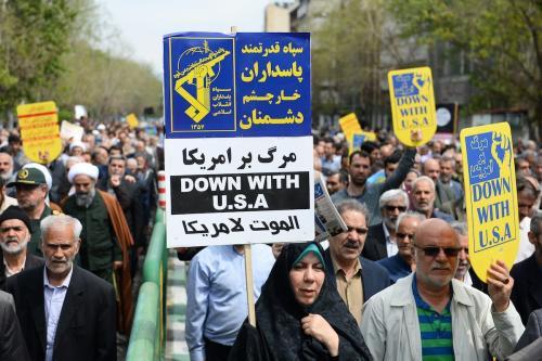 """Iranianos protestam contra a decisão do Presidente dos Estados Unidos Donald Trump de designar as Guardas Revolucionárias do Irã como """"organização terrorista"""", em Teerã, capital iraniana, 12 de abril de 2019 [Fatemeh Bahrami/Agência Anadolu]"""