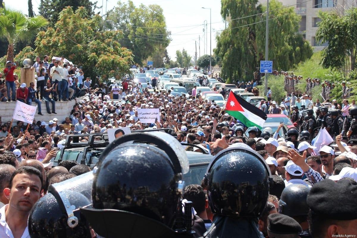 Forças de segurança bloqueiam uma estrada diante da aproximação de um protesto de professores, que reivindicam melhores salários, à sede do governo, em Amã, Jordânia, 5 de setembro de 2019 [Latih Joneidi/Agência Anadolu]