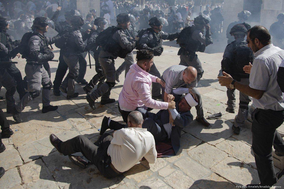 Forças israelenses agridem fiéis palestinos na Mesquita de Al-Aqsa, em Jerusalém, 11 de agosto de 2019 [Faiz Abu Rmeleh/Agência Anadolu]