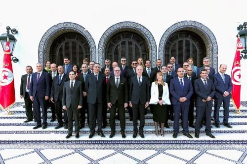 O primeiro-ministro Elyes Fakhfakh (3º esq.), o presidente da Tunísia Kais Saied e os membros do gabinete posam para uma foto durante a cerimônia em juramento em Tunis, Tunísia, em 27 de fevereiro de 2020. [Presidência tunisina/Agência Anadolu]