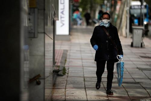 Homem caminha com máscara facial durante o estado de emergência pelo governo contra o surto de covid-19, em Madri, Espanha, em 04 de abril de 2020 [Burak Akbulut/ Agência Anadolu]