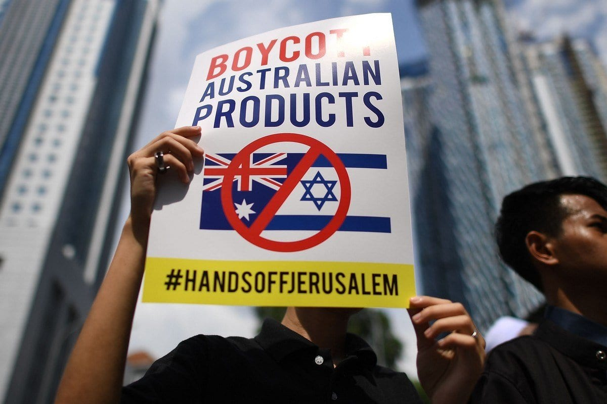 Manifestantes protestam em frente à Embaixada da Austrália em Kuala Lumpur, Malásia, após decisão do governo australiano de reconhecer Jerusalém como capital de Israel, 21 de dezembro de 2018 [Mohd Rasfan/AFP/Getty Images]