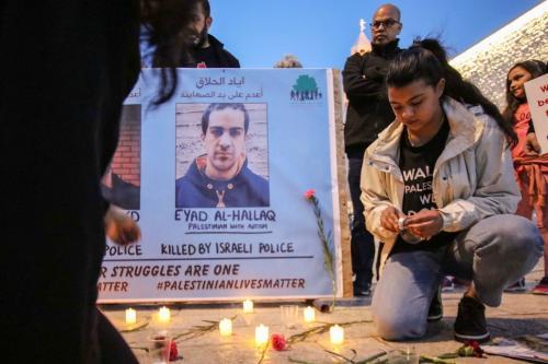 Manifestantes palestinos seguram bandeiras para mostrar solidariedade com o mártir Iyad Hallaq, um jovem autista que foi morto a tiros pela polícia israelense na cidade de Belém, na Cisjordânia, em 2 de junho de 2020 [Abedalrahman Hassan / ApaImages]
