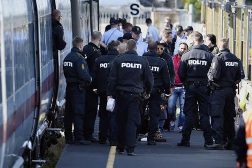 Polícia dinamarquesa na vigilância de um trem com migrantes, principalmente da Síria e Iraque , na estação ferroviária de Rodby, sul da Dinamarca, em 9 de setembro de 2015 [Jes Noergaard Larsen/ AFP via Getty Images]