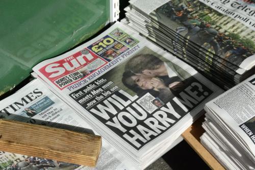 Variedade de jornais, incluindo o britânico The Sun, em uma banca de jornal em Londres, Inglaterra [Robert Alexander/Getty Images]