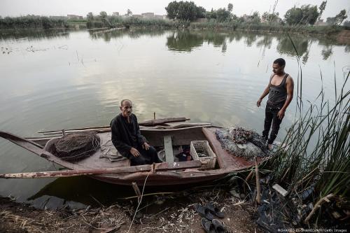 Um pescador egípcio senta-se em seu barco ao longo do rio Nilo, no Egito, em 16 de junho de 2018 [Mohamed El-Shahed/ AFP/ Getty Images]