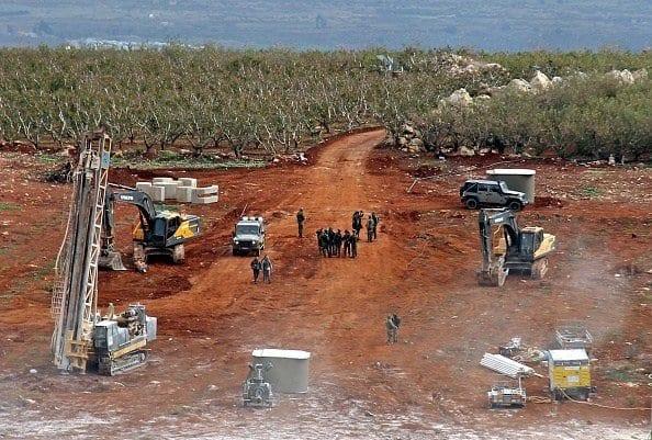 Veículos militares israelenses, escavadeiras, trailers e outros operam perto da fronteira com o Líbano, em 5 de dezembro de 2018 [Ali Dia/AFP/Getty Images]