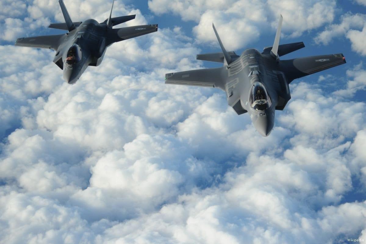 Dois F-35 israelenses fabricados nos EUA voam em formação, exibindo as bandeiras dos EUA e de Israel em 6 de dezembro de 2016 [EUA Força Aérea / Wikipedia]
