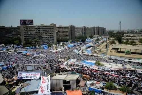 Vista aérea da Praça de Rabaa al-Adawiyya, onde dezenas de milhares de manifestantes protestavam contra o golpe militar que depôs o Presidente do Egito Mohamed Morsi, no Cairo, capital do Egito, 26 de julho de 2013 [Mohammed Elshamy/Agência Anadolu]