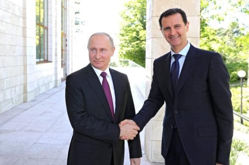 O presidente russo Vladimir Putin (esq.) e o presidente Bashar Al-Assad (dir.) em Sochi, Rússia, em 17 de maio de 2018 [Kremlin Press Office / Agência Anadolu]
