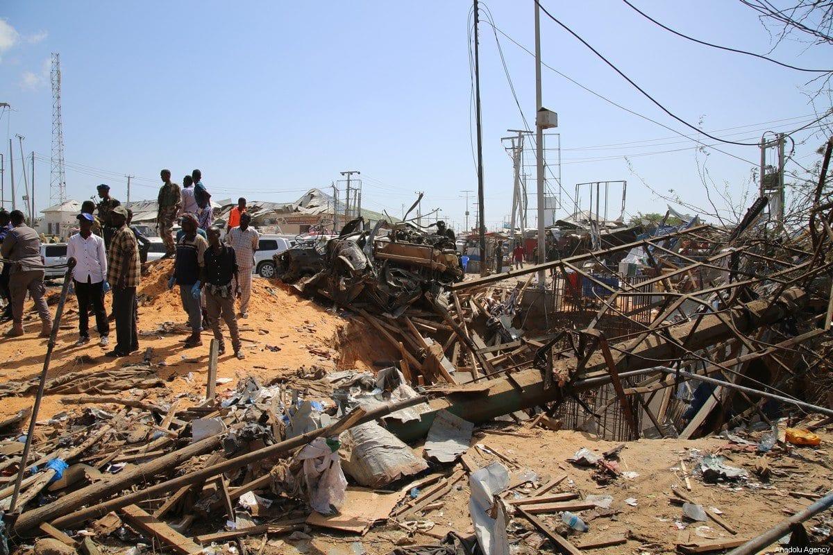 Cenário de um atentado a bomba executado contra um posto de controle em Mogadishu, capital da Somália, 28 de dezembro de 2019 [Sadak Mohamed/Agência Anadolu]