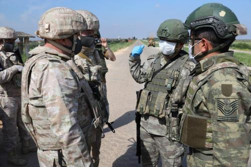 Soldados turcos e russos usam máscaras como precaução contra a pandemia de coronavírus (Covid-19) antes da 6ª patrulha terrestre conjunta turco-russa na estrada M4 em Idlib, Síria, em 28 de abril de 2020. [Forças Armadas Turcas - Agência Anadolu]