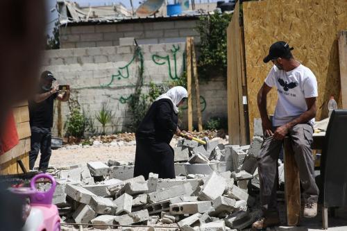 Família palestina foi forçada pelas autoridades israelenses a demolir sua própria casa para evitar o pagamento de taxas de demolição em Jerusalém em 2 de maio de 2020 [Agência Alkharouf / Anadolu]