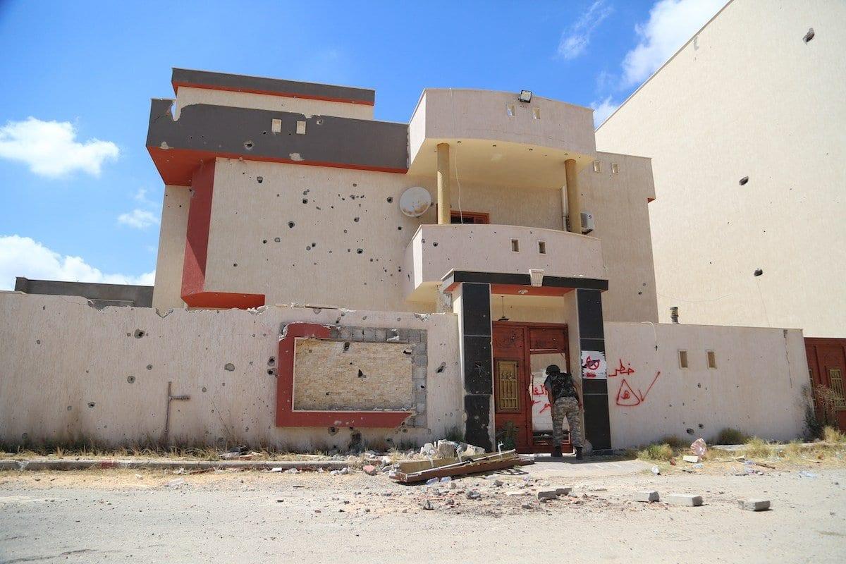 Avisos de existência de minas no local são escritos em paredes depois da saída das forças de Khalifa Haftar de Trípoli, Líbia, em 15 de junho 2020 [ Enes Canlı / Agência Anadolu]