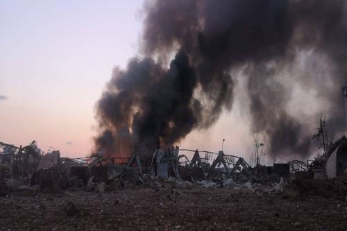 Fumaça avança em armazém após um incêndio com explosivos no Porto de Beirute que levou a explosões massivas, Líbano em 4 de agosto de 2020 [Yasser Jawhary - Agência Anadolu]