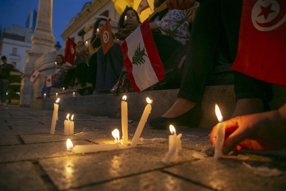 Velas acesas durante uma manifestação de apoio ao povo libanês após uma explosão no porto de Beirute, em 6 de agosto de 2020 [Agência Yassine Gaidi / Anadolu]