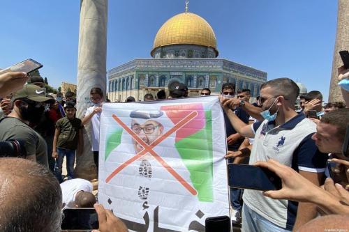 Um grupo de palestinos protesta contra os Emirados Árabes Unidos e o príncipe herdeiro de Abu Dhabi, Mohammed bin Zayed, na cidade velha de Jerusalém Oriental, em 14 de agosto de 2020 [Stringer / Agência Anadolu]