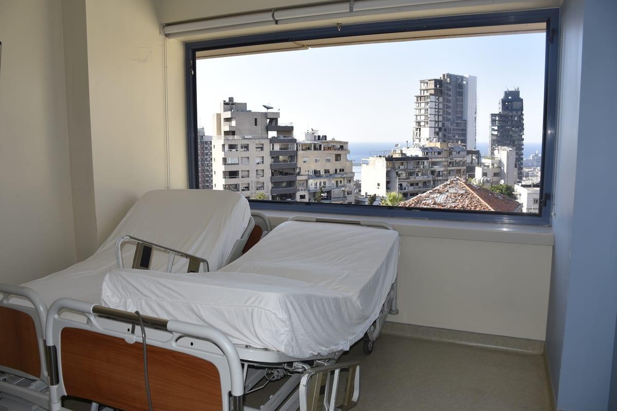 Hospital Universitário Saint George, também conhecido como Hospital Al Roum, danificado após enorme explosão no porto de Beirute, Líbano, 17 de agosto de 2020 [Mahmut Geldi/Agência Anadolu]