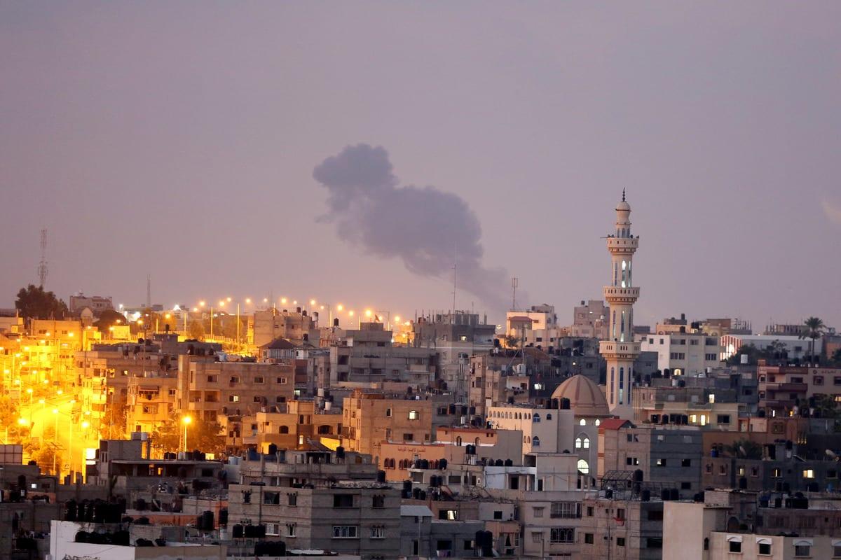 Fumaça após aviões de guerra israelenses atingirem posições das Brigadas Izz ad-Din al-Qassam, braço militar do Hamas, em Khan Younis, Gaza, 21 de agosto de 2020 [Ashraf Amra/Agência Anadolu]