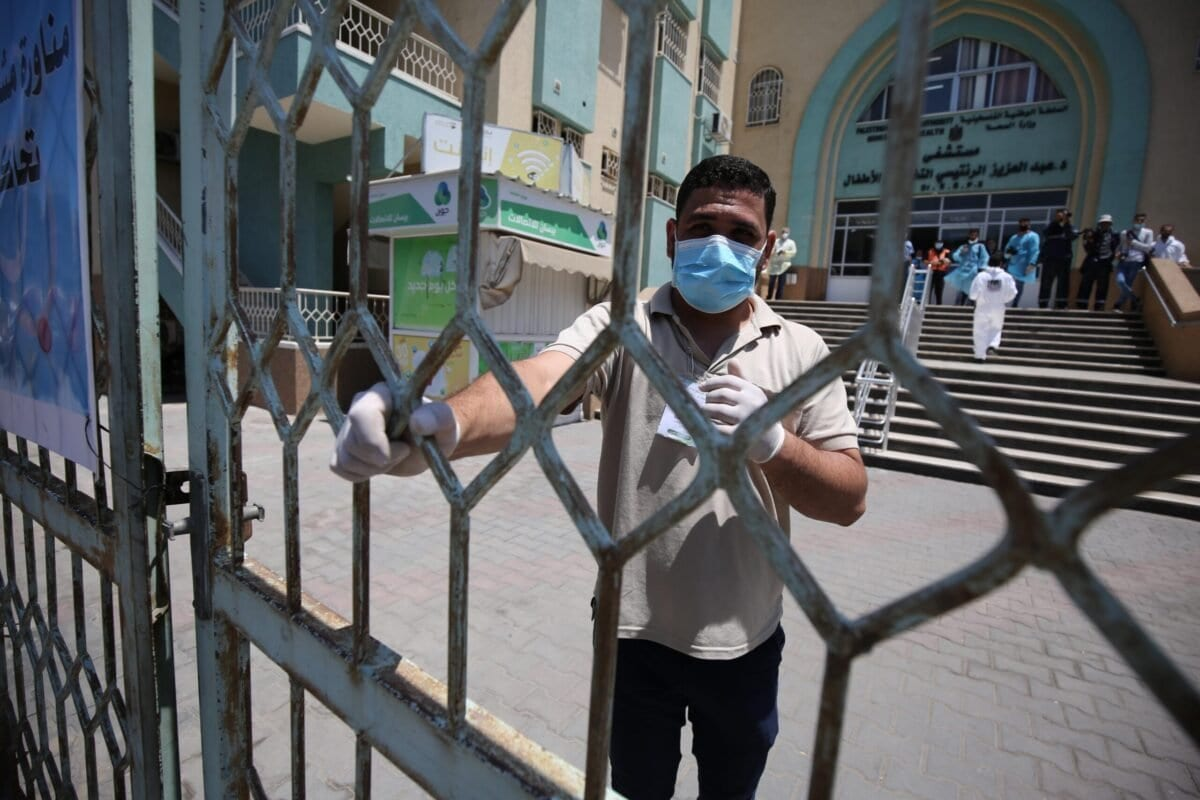 Funcionários palestinos do Ministério da Saúde participam de treinamento contra o coronavírus (covid-19), organizado pelas pastas da saúde e do interior em Gaza, 18 de julho de 2020 [Mohammed Asad/Monitor do Oriente Médio]