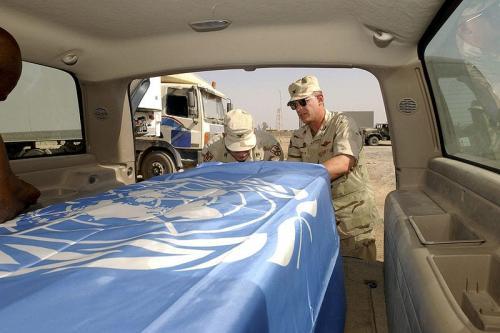 Dia da Memória dos Trabalhadores Humanitários marca o aniversário da morte do brasileiro Sergio Vieira de Mello, alto comissário da ONU durante missão no Iraque em 2003. [23 de agosto de 2003, Robert R.Hargreaves, USAF]