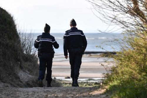 Gendarmes franceses patrulham uma praia perto de Calais, 4 de abril de 2019 [Denis Charlet/AFP/Getty Images]
